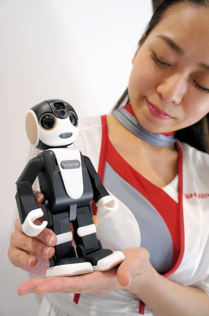 シャープが開発したロボット電話「ロボホン」。利用者と会話もできる=6日、千葉市美浜区