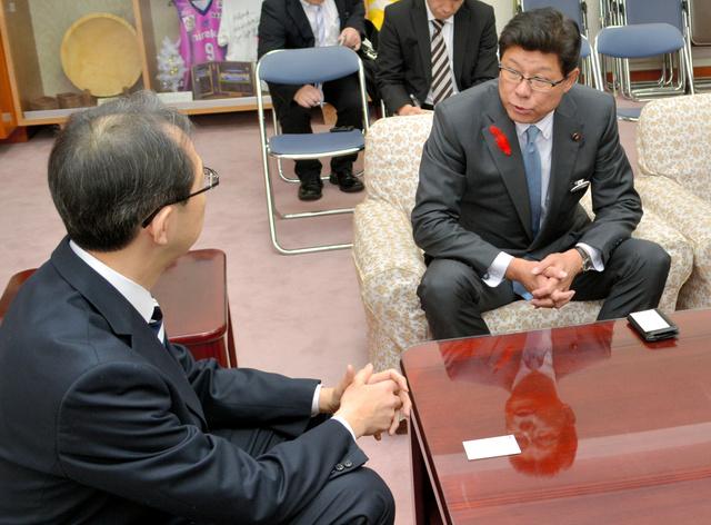 内堀雅雄知事と面会する高木毅復興相(右)=県庁