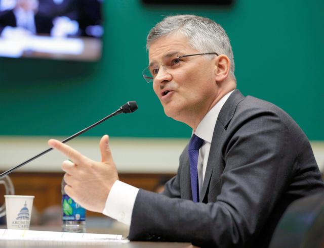 米公聴会で証言するフォルクスワーゲン米国法人のマイケル・ホーン社長=8日、ロイター