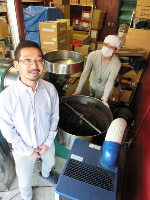 コーヒー豆を太陽光発電による自家焙煎で生産する予定の「スロー」の小沢陽祐社長(左)=松戸市松戸新田