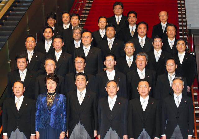 記念写真に納まる第3次安倍改造内閣の副大臣ら=9日午後6時5分、首相官邸、飯塚晋一撮影