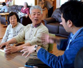 いずみの杜診療所のデイケア。職員(右端)と語る夫婦は認知症で、系列のグループホームで暮らしながら、週3回通う=仙台市泉区(画像の一部を加工しています)