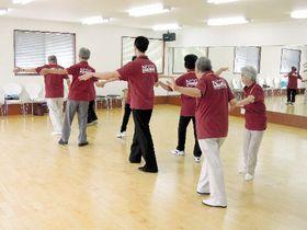講師のかけ声に合わせ、サルサのステップを踏む臨床試験の参加者たち=愛知県豊明市のダンススタジオ