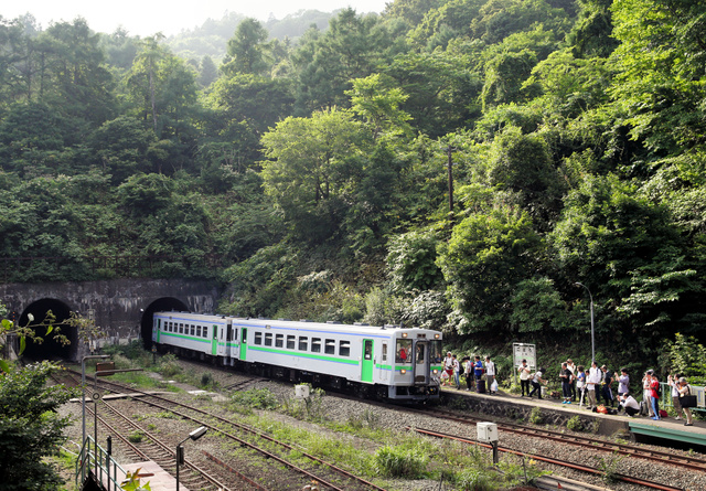 この夏、「日本一の秘境駅」として知られるJR室蘭線小幌駅には多くの人が詰めかけた=豊浦町、山本裕之撮影