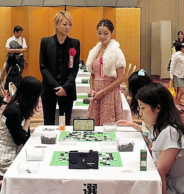 宝塚歌劇団の礼真琴さん(左)と綺咲愛里さんが特別審査員を務めた