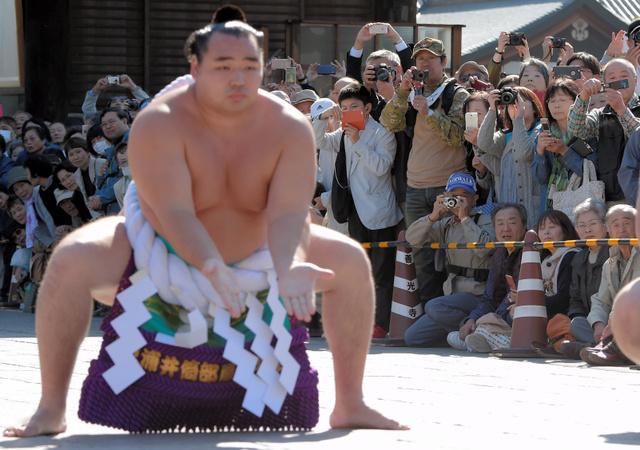 鶴竜の土俵入りを見る人たち=15日午後1時8分、長野市の善光寺、竹花徹朗撮影