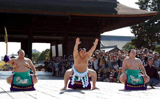 善光寺で「横綱土俵入り」を披露する鶴竜(中央)=15日午後、長野市、竹花徹朗撮影