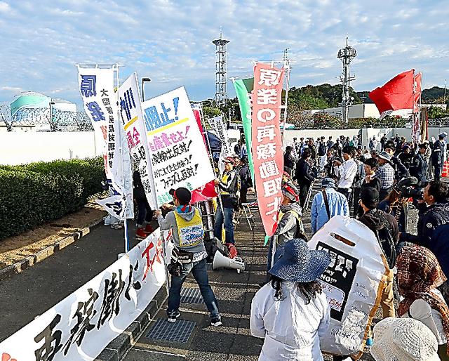 川内原発のゲート前には再稼働反対を訴える人たちが集まった=15日、鹿児島県薩摩川内市、金子淳撮影