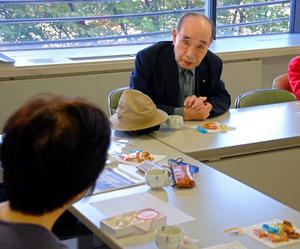 地域住民の集い「石ころの会」で戦争について語る藤田博さん。「正義の戦いやと教わったが、現地に行ったらウソばかりやった」=兵庫県芦屋市