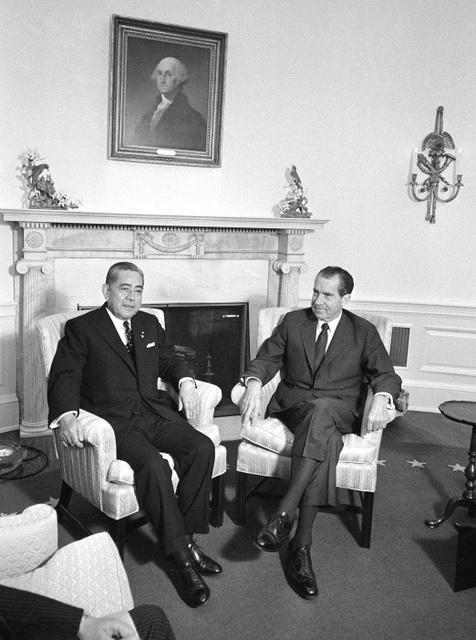 1969年11月、ホワイトハウスで沖縄の日本返還について協議の場を持った際のニクソン大統領(右)と佐藤首相=AP