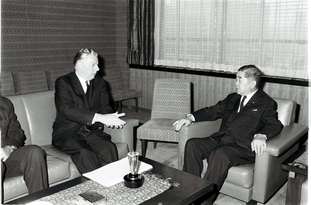 マイヤー駐日米大使(左)と愛知外相。写真は1969年8月に撮影されたもの