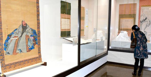 松平定信に関する約150点が並ぶ。左手前が直筆の「関羽像」=桑名市博物館