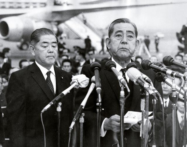 沖縄返還で合意した日米首脳会談を終え帰国した佐藤栄作首相。左は愛知揆一外相=1969年11月26日