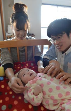 葉七ちゃんを見守る西村さん夫婦=神戸市垂水区、諫山卓弥撮影