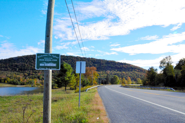 道の脇に立つ「アグローへようこそ!」と書かれた看板=ニューヨーク州ロスコー、宮地ゆう撮影