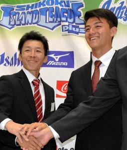 増田大輝内野手(左)と吉田嵩投手=藍住町奥野 増田大輝内野手(22)が巨人から育成ドラフト1巡目