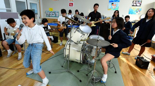 ノリノリのサウンドを披露する小野東小のロックバンド=小野市