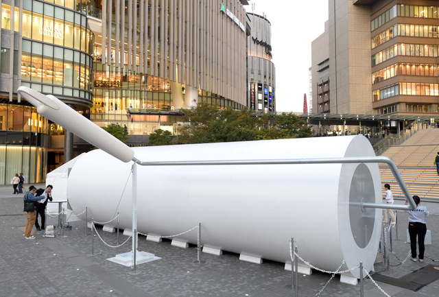 巨大「コロコロ」、大阪駅前に 実際の60倍の大きさ:朝日新聞デジタル