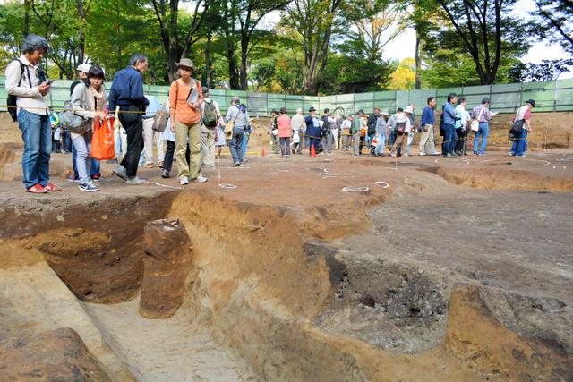 リニア中央新幹線の非常口になる発掘現場=名古屋市中区三の丸2丁目