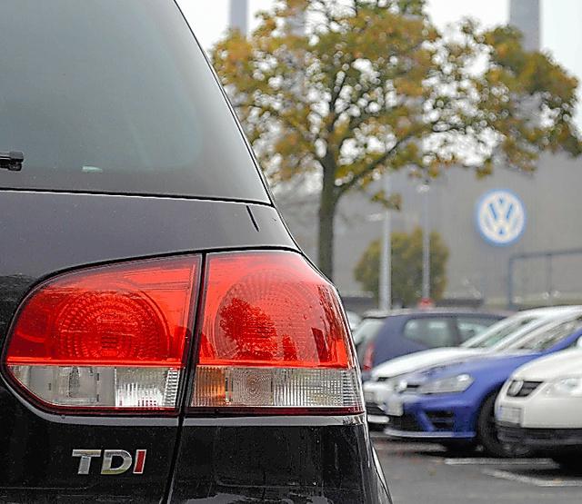 VW本社近くで駐車する「ゴルフ」のディーゼル車(左)。進んだ環境技術の使用をうたう「TDI」ロゴもついている=9日、独ウォルフスブルク
