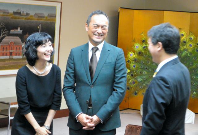 泉田裕彦知事(右)と歓談する渡辺謙さん(中)と妻の南果歩さん=県庁