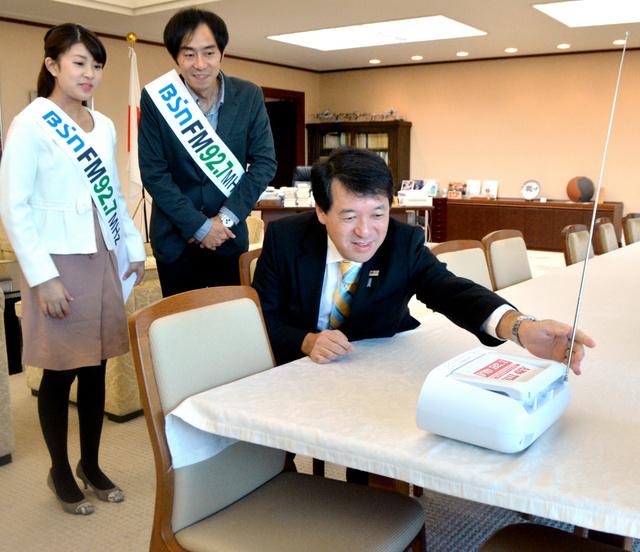 FM補完放送を聞く(右から)泉田裕彦知事、近藤丈靖、三石佳那両アナウンサー=県庁知事室