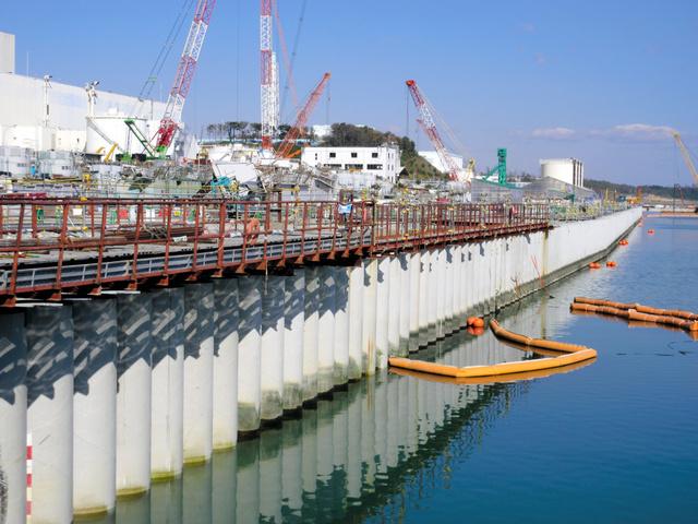 完成した海側遮水壁。護岸に沿い780メートルにわたり鋼管を埋め込んだ=東京電力提供