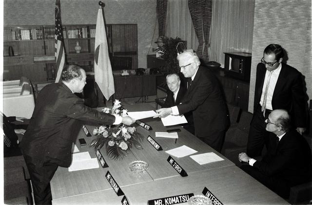 大統領特使として繊維交渉を担ったデビッド・ケネディ(右から3人目)。左は当時通産相の田中角栄=1971年10月、東京・霞が関