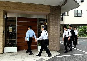 3人が転落死した有料老人ホームに監査に入る川崎市の職員=9月