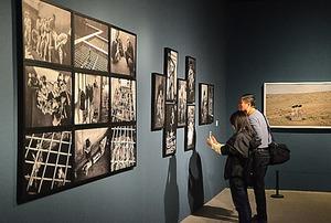 北京国際写真ビエンナーレの展示風景。左は中国の牛国政の作品=張全氏撮影