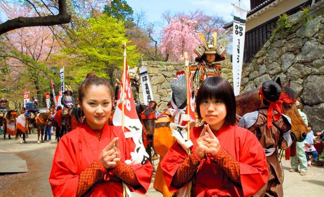 幸村人気は今も健在。「真田まつり」には女忍びも登場、色を添えた=2006年4月29日、長野県上田市の上田城跡で