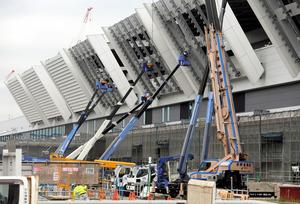 来年11月の開業に向けて工事が進む豊洲市場の青果棟=29日、東京都江東区、杉本康弘撮影