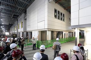 報道陣に公開された豊洲市場の青果棟内部=29日、東京都江東区、杉本康弘撮影