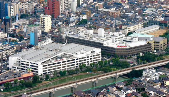 売却が決まったシャープ本社ビル(右)とシャープ田辺ビル(左)。その左側にある西田辺駅前商店会は、シャープの低迷に伴いかつてのにぎわいがなくなった=9月4日、大阪市阿倍野区、朝日新聞社ヘリから