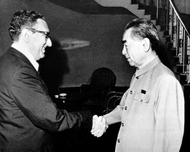 北京でキッシンジャー米大統領補佐官(左)と握手する中国の周恩来首相=1971年7月9日、AP