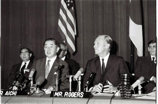 沖縄返還交渉について会見するロジャーズ米国務長官(右)と愛知揆一外相(左)=1969年7月31日、東京・霞が関