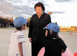 運動会の練習をする園児たちと話す宇都宮市議の金崎芙美子さん。ここでは「園長先生」と呼ばれる=宇都宮市平松本町、高原敦撮影
