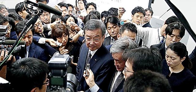 会見後、記者に囲まれるシャープの高橋興三社長(中央)=30日、東京都港区