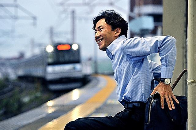 職場の最寄り駅に電車が滑り込んできた。勤めを終え、家路を急ぐ丹野智文さん=9月25日夕、仙台市内、仙波理撮影
