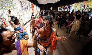 「村上隆の五百羅漢図展」の内覧会では、羅漢に扮したダンサーたちが現れた=30日午後、東京・六本木、鬼室黎撮影