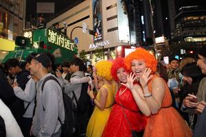 ハロウィーンの仮装をした人で混雑する渋谷駅前=31日午後、東京都渋谷区、遠藤啓生撮影