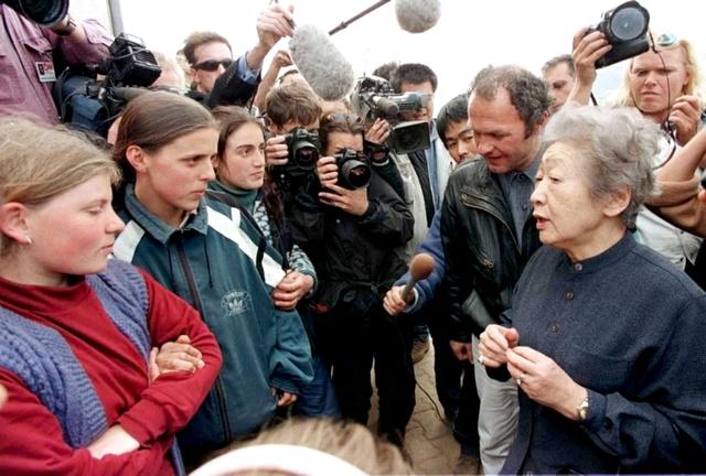 旧ユーゴスラビアのコソボからのアルバニア系難民と話す国連難民高等弁務官(当時)の緒方貞子(右端)=1999年、アルバニア、ロイター
