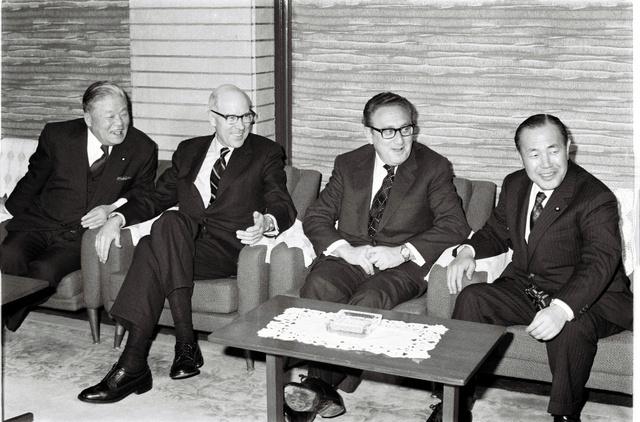 1973年2月に来日し、田中角栄首相(右端)らと会談するキッシンジャー大統領補佐官(右から2人目)