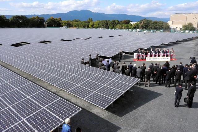 京セラが10月に完成させた「滋賀・矢橋帰帆島メガソーラー発電所」。3万枚以上のパネルが並ぶ=滋賀県草津市