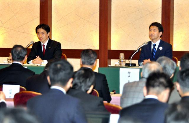 政策討論会で意見を戦わせる吉村洋文氏(左)と柳本顕氏=4日午前10時7分、大阪市北区
