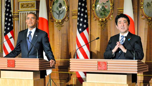 共同記者会見をするオバマ米大統領(左)と安倍晋三首相=2014年4月24日、東京・元赤坂の迎賓館