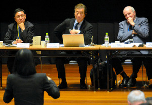 Panelists listen to an audience member's opinion at the Pugwash Conferences in Nagasaki on Nov. 3. (Keita Mano)◇原子力の平和利用のリスクについて議論するパグウォッシュ会議の参加者=3日午後3時25分、長崎市、真野啓太撮影