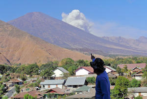 4日、リンジャニ山の噴火口からは火山灰が巻き上がった=AP