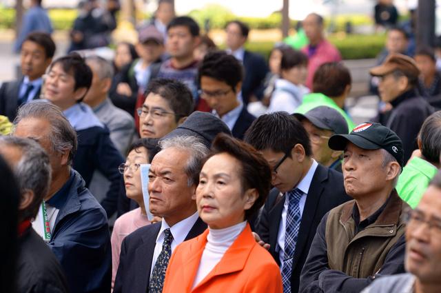 候補者の第一声を聞く人たち=5日午前10時43分、大阪市内、森井英二郎撮影