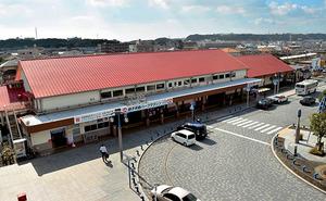 赤い屋根と白い壁が印象的な銚子駅。JR東日本最大規模の木造駅舎だという=千葉県銚子市西芝町